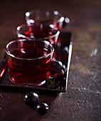 Apfel-Traubensaft in Glastassen