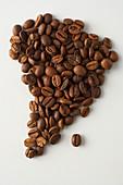 Der Kontinent Afrika aus Kaffeebohnen gelegt