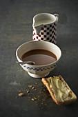 Cafe au lait dazu ein gebutterter Toast