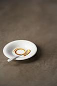 Kaffeerand und benutzter Kaffeelöffel auf Untertasse