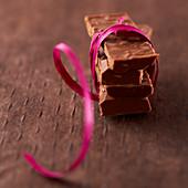 Mehrere Stück Milchschokolade mit Nüssen
