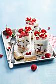 Trifle mit Sommerbeeren