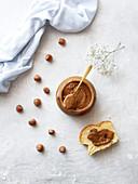 Eine Scheibe Brioche mit Schokoladen-Haselnuss-Aufstrich