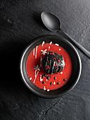 Roter Fruchtsmoothie mit Aktivkohle-Eis