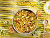 Paella mit Fleisch, Wurst und Bohnen