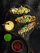 Süßkartoffeln gefüllt mit Kohl, Rucola und Käse dazu vegane Kurkuma-Mayonnaise