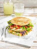 Pfannkuchen-Sandwich mit Gemüse und Frischkäse