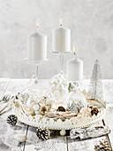 Weihnachtlich dekorierter Tisch in Weiß mit Weingläsern als Kerzenhaltern