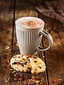 Heiße Schokolade serviert mit glutenfreiem Cookie