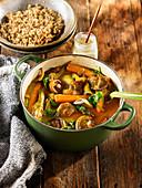 Pilz-Curry mit Artischocken und Kürbis serviert mit Quinoa