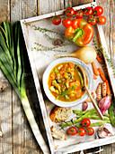 Sommerliche Gemüsesuppe mit Gartengemüse