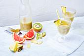 Smoothies mit Kiwi, Grapefruit, Ananas und Ingwer