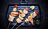 Skewers of salmon and shrimps a la plancha
