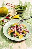 Makrelen-Tartar mit Radieschen, Ugli und Babyspinat