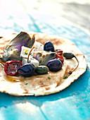 Pita mit Artischocken, sonnengetrockneten Tomaten, Feta und Oliven
