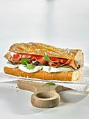 Italienisches Sandwich mit Schinken, Tomate und Mozzarella