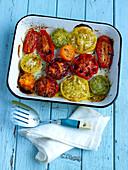 Mehrfarbige Tomate aus dem Ofen
