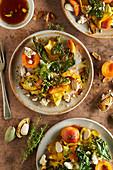 Aprikosenkohlsalat mit frittiertem Kohl, Feta und Mandeln