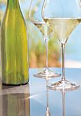 Flasche und zwei Gläser Weißwein