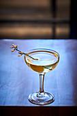 Cocktailglas auf Tisch