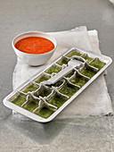 Gazpacho serviert mit Pesto-Eiswürfel