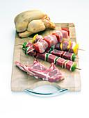 Lammkoteletts, Fleischspieße und Hähnchen fürs Grillen
