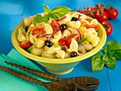 Nudelsalat mit Oliven und Tomaten