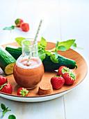 Erdbeer-Gurken-Cocktail mit Basilikum