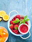 Beerensaft mit Cranberry, Erdbeere, Himbeere und Basilikum