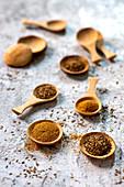 Kreuzkümmel, Samen und gemahlen auf Holzlöffeln
