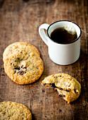 Kekse mit Ganachefüllung und Haselnüssen zum Kaffee