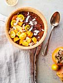 Quinoa-Brei mit Schokolade und exotischen Früchten