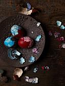 Blau und rot marmorierte Eier