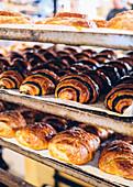 Verschiedenes Blätterteiggebäck auf Backblechen in Bäckerei