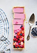 Rechteckige rosa Tarte mit Sommerbeeren