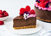 Ein Stück Schokoladen-Käsekuchen mit Himbeermousse