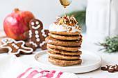 Ein Stapel Mini-Pfannkuchen mit Ingwer, Nüssen und Honig