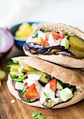 Pita-Sandwich mit Falafel und Gemüse
