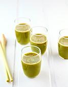 Detox-Saft mit Endivien und Zitronengras