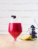 Detox-Saft mit Granatapfel, Heidelbeeren und Zitrone