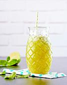 Fruchtsmoothie mit Ananas, Mango und Limette