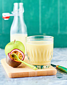Veganer Mandeldrink mit Passionsfrucht und Apfel