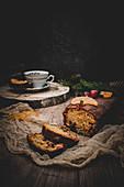 Winterlicher Kastenkuchen mit kandierten Früchten