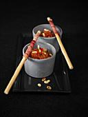 Dips mit kandierten Tomaten, Pinienkernen serviert dazu Grissini mit rohem Schinken