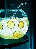 Bowle mit Eiswürfeln, Zitronen- und Limettenscheiben