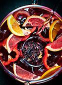 Sangria mit Zitrusfrüchten und Paprika (Nahaufnahme)