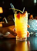 Cocktail mit Zimt und Blutorange