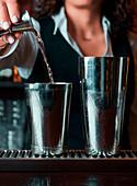 Barkeeper bereitet einen Cocktail vor