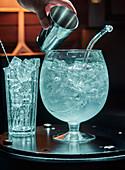 Eiswürfel für Cocktails in Glasgefäß