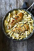 Hühnerbrust mit Penne in cremiger Estragonsauce
